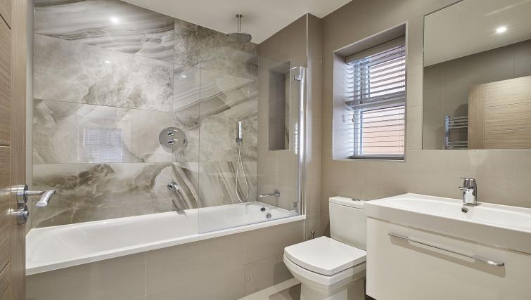 Shower at Imperial Court Apartments - Citybase Apartments
